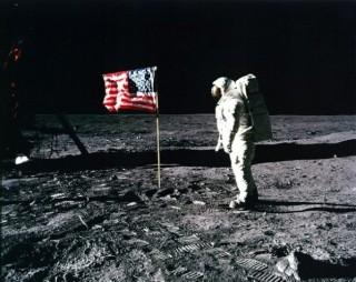 Điều gì đã xảy ra với những lá cờ được để lại trên Mặt Trăng?