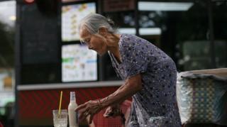 Cụ bà 88 tuổi bán nước vỉa hè Sài Gòn biết nói 4 thứ tiếng