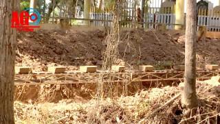 Khai thác đất mặt trên phần đất tranh chấp