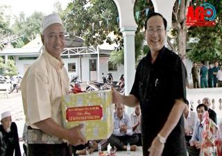 Thăm, tặng quà lễ Roya Haji đồng bào dân tộc Chăm
