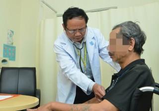 Thời tiết bất thường, nhiều người lớn tuổi bị viêm phổi cấp nặng mà không biết