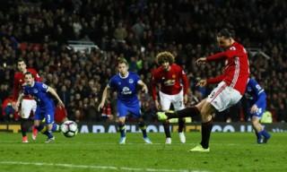 Ibrahimovic ghi bàn ngày tái xuất, Man Utd thoát thua vào phút cuối