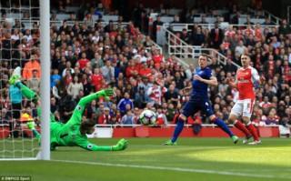 Thua bạc nhược trên sân Arsenal, MU đứt mạch 25 trận bất bại