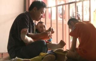 Chân dung người cha nuôi con bệnh teo não làm dậy sóng tại Hát mãi ước mơ