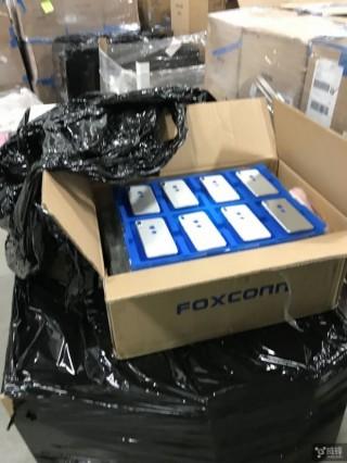 Rò rỉ ảnh mặt lưng iPhone 8 từ nhà máy Foxconn, cảm biến vân tay ở phía sau ngay bên dưới logo Apple