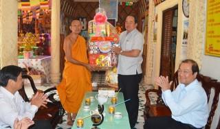 Thăm, tặng quà các chùa nhân lễ Sen Dolta