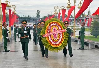 Lãnh đạo tỉnh và Đảng ủy Quân chủng Hải quân: Viếng, dâng hoa, dâng hương tại Nghĩa trang liệt sĩ tỉnh và Đền thờ Chủ tịch Tôn Đức Thắng