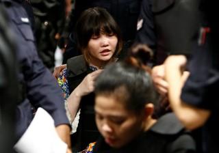 Đoàn Thị Hương bị đưa ra hiện trường ở sân bay Kuala Lumpur