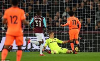 """Chamberlain mở """"tài khoản"""" bàn thắng, Liverpool đè bẹp West Ham"""