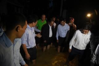Thủ tướng đến phố cổ Hội An kiểm tra việc khắc phục hậu quả bão số 12