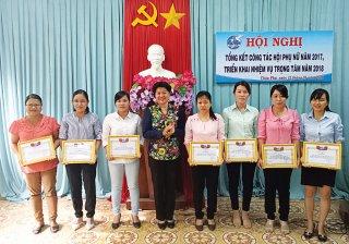 Phụ nữ Châu Phú tham gia xây dựng nông thôn mới