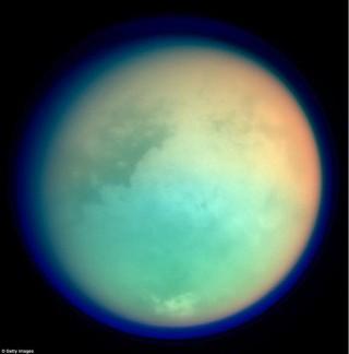 """Ngắm """"hoàng hôn sương mù"""" trên mặt trăng Sao Thổ"""