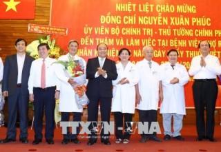 Thủ tướng thăm, chúc mừng cán bộ, nhân viên ngành Y tế nhân ngày 27-2