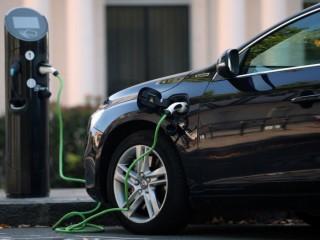 Xe điện sẽ rẻ hơn xe chạy xăng dầu vào năm 2025