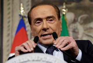 Silvio Berlusconi tính chuyện mua lại AC Milan