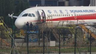 Phi công Sichuan Airlines 'bị hút nửa người' khỏi cửa sổ buồng lái