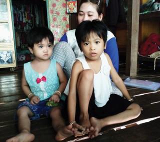 Hai bé gái bệnh tật rất cần được giúp đỡ