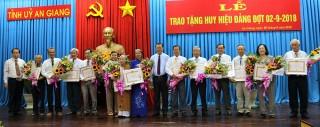 Ban Thường vụ Tỉnh ủy: Trao Huy hiệu Đảng đợt 2-9