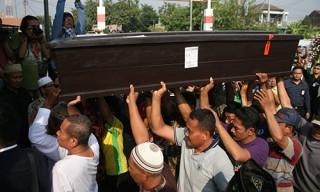 Người nhà nạn nhân máy bay rơi ở Indonesia nổi giận với Lion Air