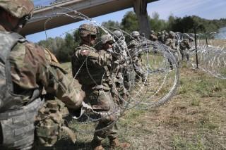Lính Mỹ dựng trùng trùng hàng rào thép gai ngăn đoàn người nhập cư 'khủng' vượt biên