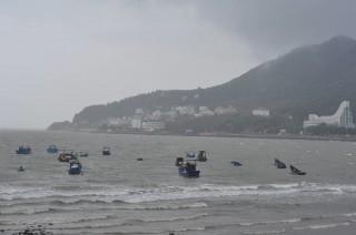 Nhiều nhà bị sập đổ, tàu thuyền bị bão cuốn trôi