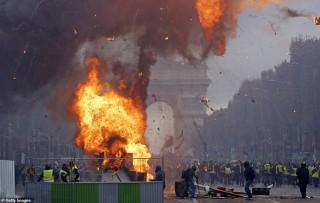 Biểu tình hỗn loạn ở thủ đô Paris: Tổng thống Macron phản ứng gay gắt