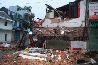 Ngôi nhà 2 tầng đổ sập trong đêm, 2 người may mắn thoát chết ở Huế