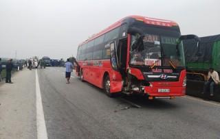 Tai nạn liên hoàn trên quốc lộ 1A, 4 xe hư hỏng nặng