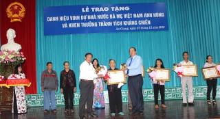 Trao tặng danh hiệu mẹ Việt Nam Anh hùng và khen thưởng thành tích kháng chiến
