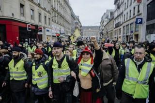 """Biểu tình áo ghi-lê vàng """"nổi lửa"""" bạo lực, đòi Tổng thống Pháp từ chức"""