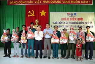 Trung ương Đoàn tặng quà dân nghèo khu vực biên giới