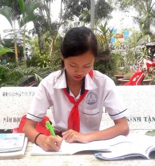 Đường đến trường đầy gian nan của cô học trò nghèo