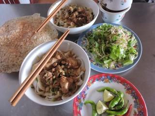 Đến làng cổ Túy Loan ăn mì Quảng