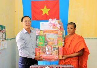 Thiếu tướng Bùi Bé Tư thăm, tặng quà đồng bào dân tộc thiểu số Khmer nhân dịp Tết cổ truyền Chol Chnam Thmay