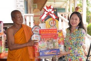 Bí thư Tỉnh ủy Võ Thị Ánh Xuân thăm, tặng quà các chùa và đồng bào dân tộc thiểu số Khmer nhân dịp Tết Chol Chnam Thmay