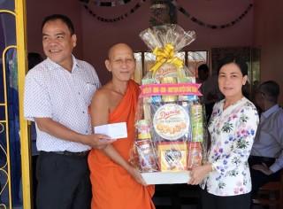 Bí thư Huyện ủy Châu Thành thăm, chúc Tết Chol Chnam Thmay tại chùa Serey Menkor