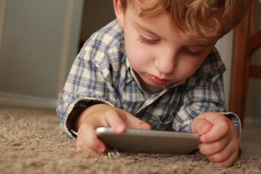 Hạn chế con nhỏ nghịch điện thoại di động bằng mẹo vô cùng đơn giản
