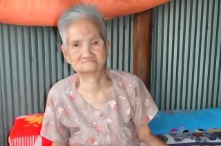 Cụ bà 80 tuổi chờ sổ hộ khẩu