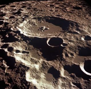 """Trái đất có một """"mặt trăng rạn vỡ"""""""