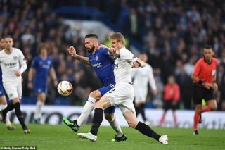 Chelsea vào chung kết Europa League sau loạt 'đấu súng'