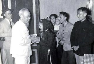 Hồ Chí Minh - Sáng mãi tên Người!