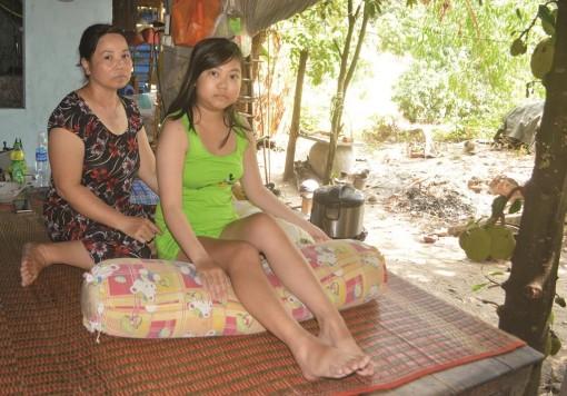 Trao tiền hỗ trợ em Trần Thị Thùy Vi