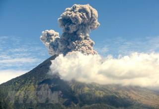 Indonesia: Núi lửa Agung lại thức giấc, phun tro bụi cao tới 2.000m