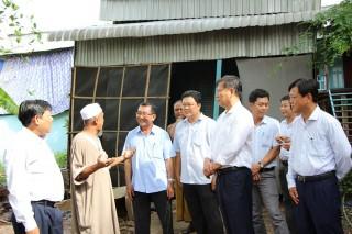Lãnh đạo tỉnh thăm các hộ bị thiệt hại do lốc xoáy ở An Phú