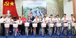 Prudential Việt Nam trao 20 xe đạp cho học sinh nghèo TX. Tân Châu