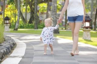 Đi bộ: Mang giày hay đi chân trần tốt hơn?