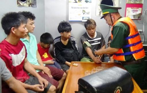 Cứu 6 ngư dân và 2 cháu bé trên tàu cá bị chìm trên biển