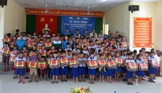 Liên đoàn Lao động tỉnh tặng cặp phao cứu sinh cho 500 trẻ em vùng lũ