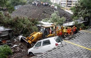 Sập tường do mưa lớn, 84 người thương vong