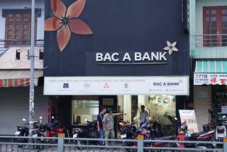 Tên cướp khống chế nữ nhân viên ngân hàng ở Sài Gòn buộc đưa tiền